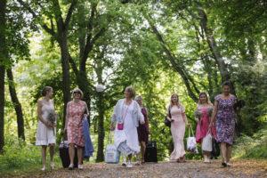 bröllopsgästerna kommer genom parken till festen bröllopsfotograf