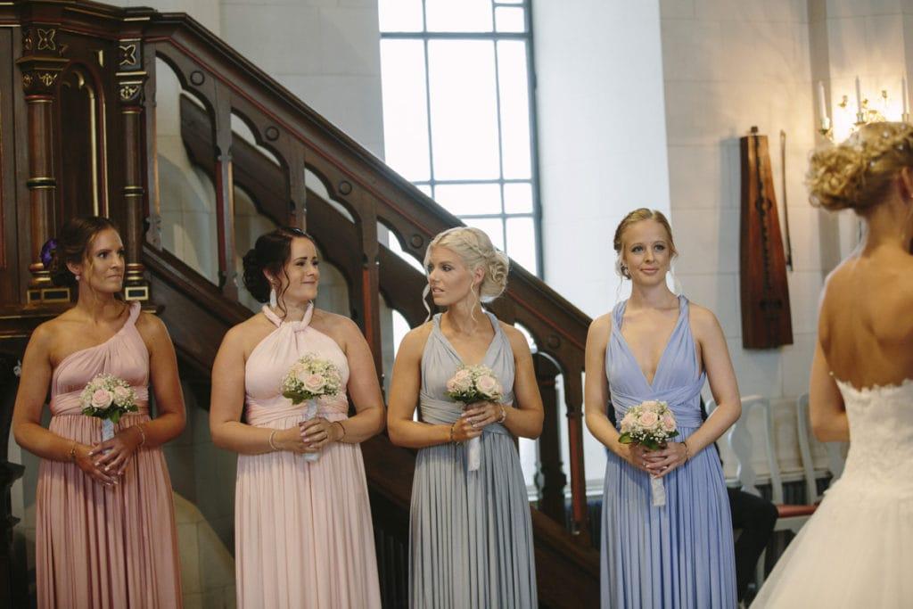 bröllopsfotograf tärnor i kyrkan