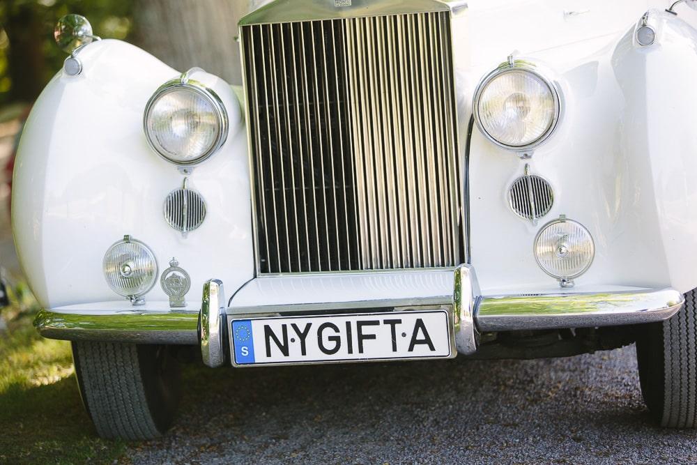 bröllopsfotograf nygifta på skylten på bilen
