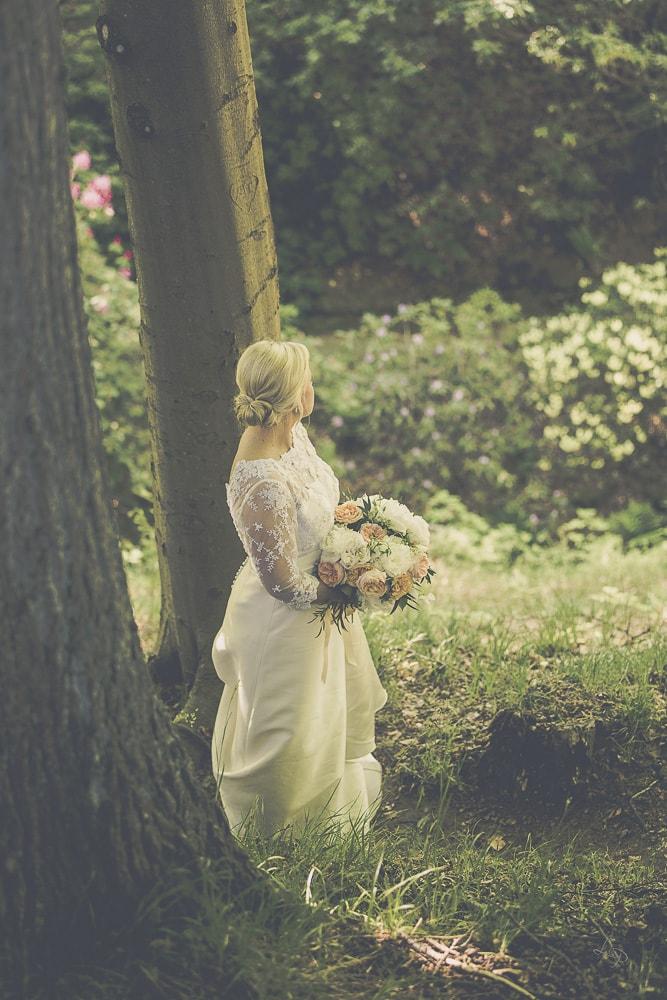 Sofiero slott med blommor är platsen för bröllopsfotograferingen