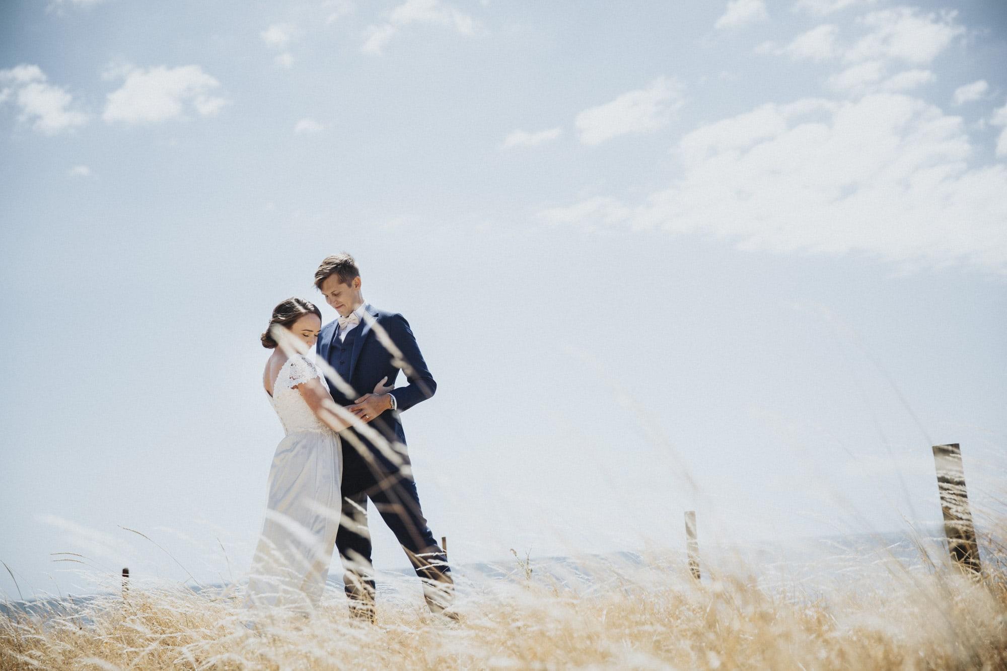 Ungt par fotograferat före vigseln. Vit ölänning och blå kostym vid havet Kämpingestrand Skåne